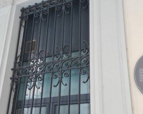 Decoro in ferro battuto su una delle finestre (particolare)