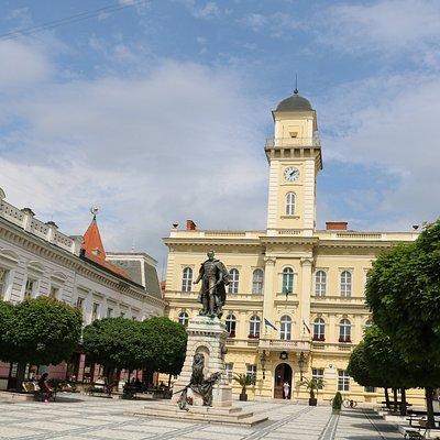 A városháza a Klapka térrel