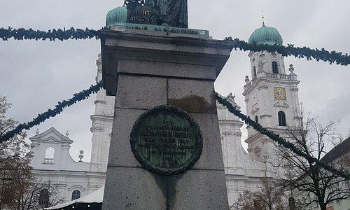 Denkmal des König vor dem Dom