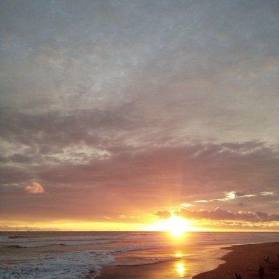 Jangan lewatkan kesempatan melihat sunset di pantai Cemara Sewu. Anda bisa duduk sambil memandang matahari tenggelam dari atas.