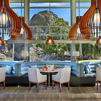 Cosy seating areas offer direct views on the surrounding mountain and ocean landscape.