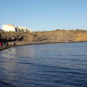 Magnifique plage, à  l'abri du vent avec sable noir. Eau cristalline.