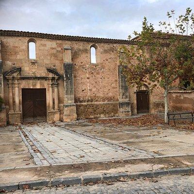 Es la fachada del antiguo convento de la Merced. Ahí vivió uno de nuestro escritores más importantes, Tirso de Molina y ahí están sus restos.  Este lugar debería ser un lugar de peregrinación para los amantes de la literatura