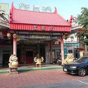 いたって素朴な中国式廟。