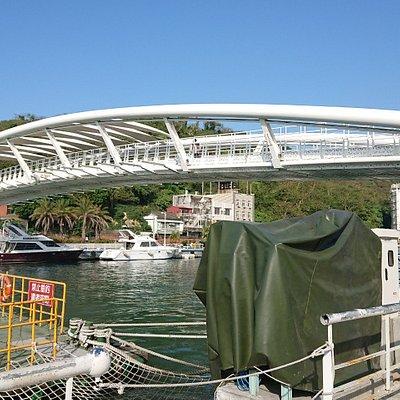 旗津域のフェリー乗り場付近から対岸に架かる橋