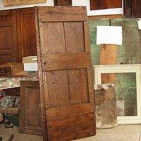Porta antica rustica fatta a mano, in quercia, restaurata in modo materico e conservativo, ideale per arredare col contrasto interni minimalisti moderni contemporanei