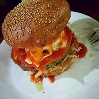 Hamburger z wołowiny, sos pikantny.