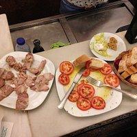 Lomo en Manteca, tomate aliñado y tapa de croqueta. Bueniiiisimo todo
