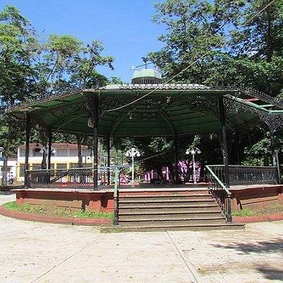 Es un parque muy fresco ya que está lleno de árboles que nos cubren del sol.  Muy tranquilo y ameno para disfrutar en familia.
