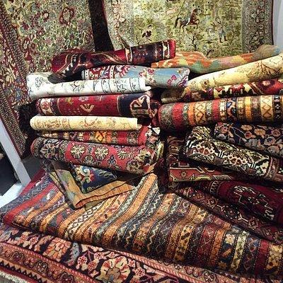 On trouve des tapis uniques en laine, en soie et laine ou entièrement en soie, provenant des villes productrices renommées, tel que Qhum, Isfahan, Bidjar, Tabriz, Heriz, Sarough etc…