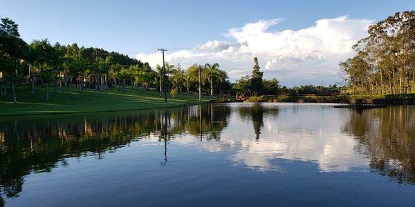 Vista do lago para passeios de caiaque e stand-up.