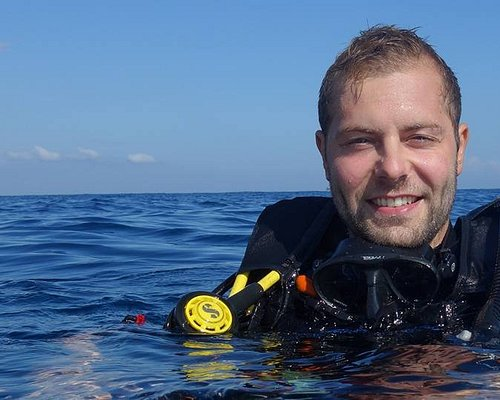 I'm Benji, I'm a PADI Open Water Scuba Diving Instructor teaching and guiding divers in German, Spanish, English and Portuguese on the island of Cozumel, Mexico.