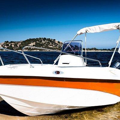 Si buscas la elegancia y un barco realmente llamativo debes probar nuestros impresionantes Compas GT400, con solárium de proa. Unas preciosas lanchas de fibra como jamas has soñado conducir.  Una estética muy cuidada Comodidad para el relajo. Amplios solariums.