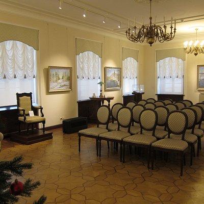 Зал музея на втором этаже с работами и личными вещами художника.