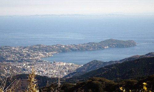 十国峠展望台から三浦半島(手前)と房総半島(遠景)を望む