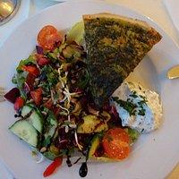 Gemüse-Quiche mit Ziegenkäse und Salat - eine vollwertige Mahlzeit. Auf dem Bild ist die Höhe der Gemüse-Quiche von rund 5 cm nicht genügend ersichtlich, muss aber bedacht werden.