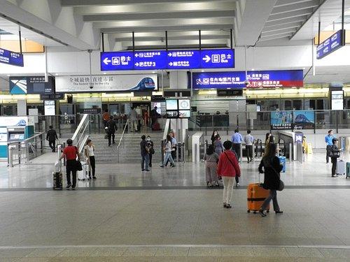 エアーポートエクスプレスの乗り場手前、直進は駅、左折はタクシー乗り場、右折してバスターミナルへ進みます。