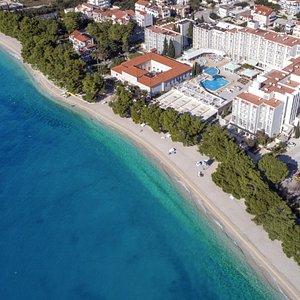Tučepi beach and the ideally located Bluesun Hotel Alga