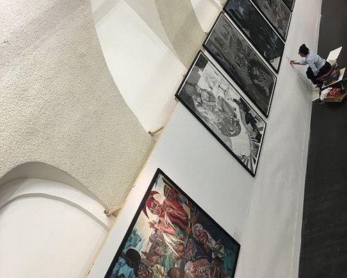 """ANTOINETTE arbeitet in der Ausstellung """"Gesichter der Europa"""" an einer 20 Meter breiten Bleistiftzeichnung mit dem Titel """"Winer Fries""""."""