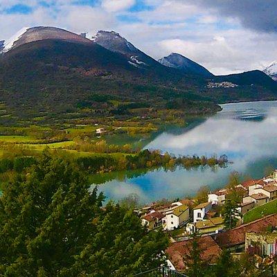Villetta Barrea è un piccolo comune della provincia dell'Aquila in Abruzzo. Appartiene alla Comunità montana Alto Sangro e Altopiano delle Cinque Miglia. È una località turistica molto nota grazie alla presenza del lago e al fatto di essere uno dei centri principali del Parco nazionale d'Abruzzo, Lazio e Molise.