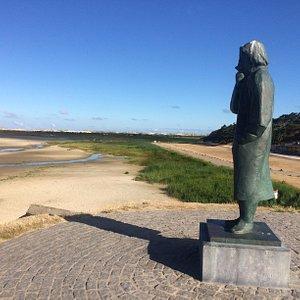 Het zeeliedenmonument; ter herinnering aan alle op zee omgekomen eilanders, rechts strandpaviljoen De Walvis