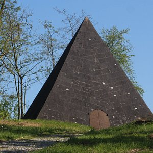 Kinnitty Pyramid built in 1830 took 3 years to build.