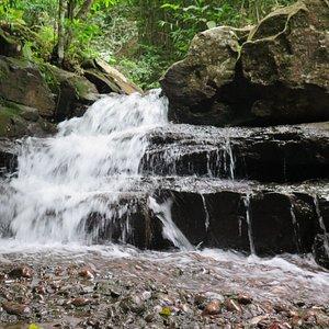 Aqui é sentar e sentir a energia dessa água, que aqui não é gelada.