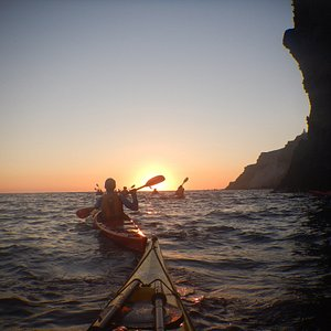 Watching the sunset from your kayak : one of your highlights in Santorini for sure !