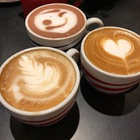 deliciosos café de grano y chocolate caliente preparados por un excelente grupo de baristas.