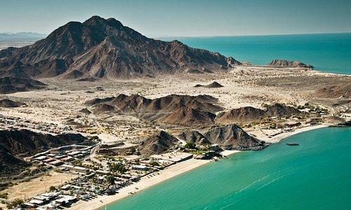 Baja California es ese México que creció olvidado por México y bajo la influencia, para bien y para mal, de Estados Unidos. Sobre estas líneas, la vista aérea de San Felipe, en la costa oeste, donde hay una parada obligatoria: el valle de los Gigantes, un bosque de cactus enormes, de película.