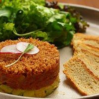 Tartar de Atum com Abacate e Quinoa Crocante - acompanha mix de folhas e torradas artesanal do Nola