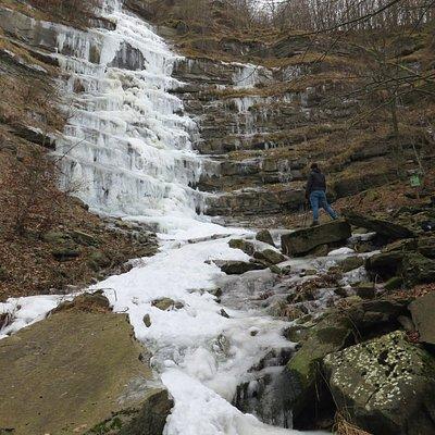 Vista d'insieme della cascata