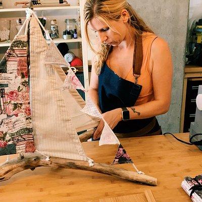 Création par Jane d'un bateau unique en bois flotté