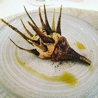 Gambo di carciofo con paté di carciofo e foglie croccanti con finocchietto e olio alla menta