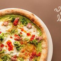 Pizza Gloriosa: crema di broccoli, stracchino di bufala, cipolla bianca stufata, broccoli saltati, salsiccia fresca e pesto di semisecchi