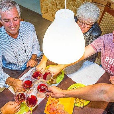 Disfruta de catas comentadas en las mejores bodegas artesanales de Tenerife con Enology Tours.
