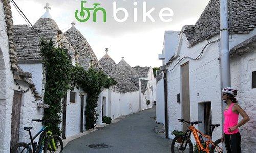 """Pedalare tra i """"Trulli"""" di Alberobello e le splendide campagne della """"Valle D'Itria"""" vi lascerà senza fiato, ma solo per l'emozione, alla fatica ci pensa la e-bike, dovrai solo scegliere uno dei ns itinerari."""