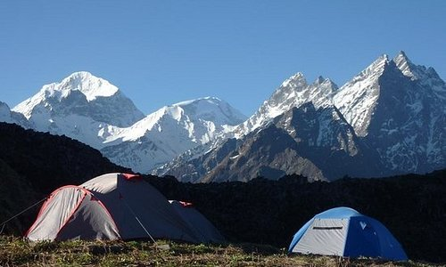 Camping in the courtyard of Goddess Nanda Devi with towering Bhitartoli and Devangan as a front view. Nanda Devi Interpretive Trek #nandadevinationalpark