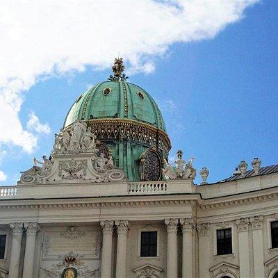Площадь зданий в стиле барокко и…луж лошадиной мочи – 05