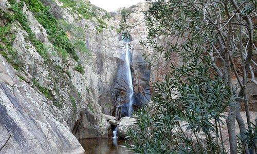 Panoramica cascata: Sa Spendula è una cascata situata nel comune Sardo di Villacidro, nella provincia del Sud Sardegna. Composta da tre salti, è formata dal torrente Coxinas, che prende poi il nome di Rio Seddanus.