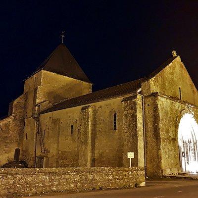 """Profitez de votre passage à Saint-Martin-de-l'Ars pour visiter l'Abbaye de la Réau, le remarquable """"Prieuré Saint-Pierre"""" de """"Usson du Poitou"""" et à la superbe église de Saint Maurice la Clouère."""