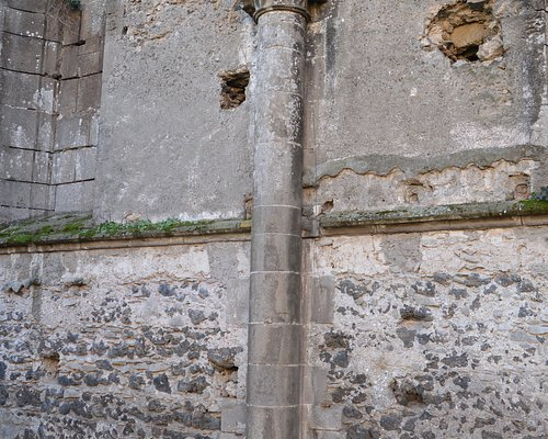 Muro nord della chiesa abbaziale fatta erigere da Carlo I d'Angiò
