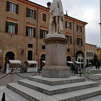 Vista laterale della statua di A. Tassoni.
