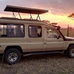 4x4WD land cruiser jeep safari in Kenya at Masai Mara. Kenya safari tours & African wildlife safaris