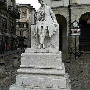 Monumento a Giulio Ricordi на Largo Ghiringhelli, январь.