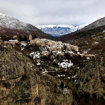 Villalago è un comune italiano nella provincia dell'Aquila in Abruzzo: dominante  rispetto alle Gole del Sagittario sotto il Monte Genzana. Villalago rappresenta uno dei Borghi più belli d'Italia😍.