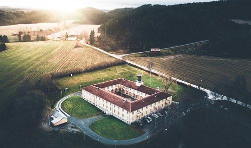 Krigsminnested, menneskerettighetssenter og museum i den tidligere fangeleiren på Ekne i Levanger. Et besøk på senteret og i Falstadskogen er en sterk personlig opplevelse.