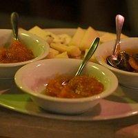 Tris di mostarde e marmellata fatte in casa: -mostarda di zucca -marmellata di pere e zenzero -mostarda di pere cotogne in purea