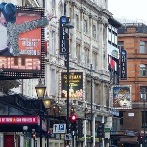 """""""when a manistiredofLondon, heistiredoflife;forthereisin London allthatlifecanafford."""" Wenn es einem Mann in London nicht mehr gefällt, so gefällt ihm das Leben nicht mehr, denn London bietet das Beste was das Leben zu bieten hat. Diese Bemerkung ist genauso treffend nach  2 Jahrhunderten, wie damals."""