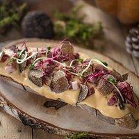 BRUTTO ANATROCCOLO: crostone di pane artigianale, crema di zucca e ricotta, petto d'oca affumicato, tartufo nero pregiato    9